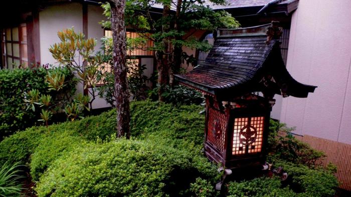 grande lanterne dans un jardin feng shui