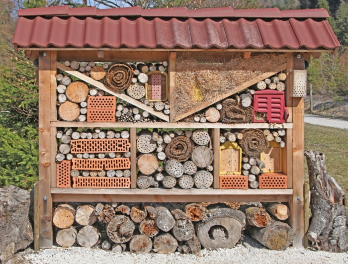 maison originale à insectes de différents matériaux