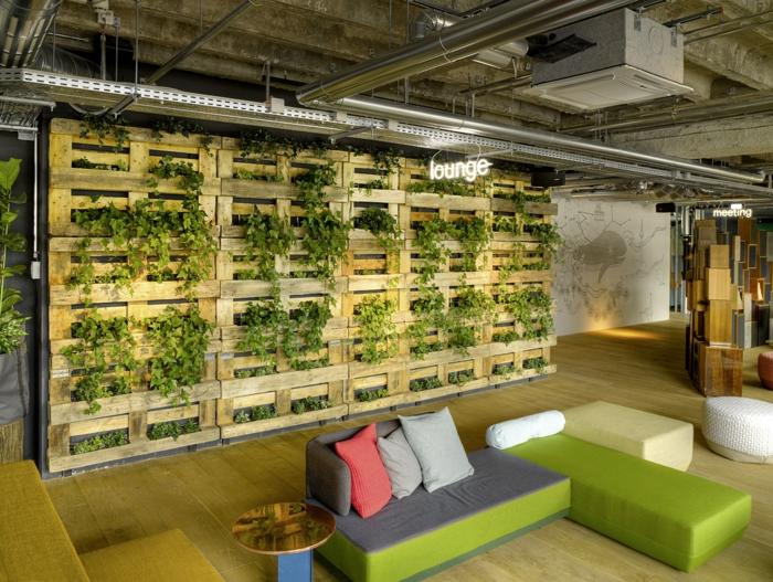 par exemple c'est un mur végétal construit de palettes de bois