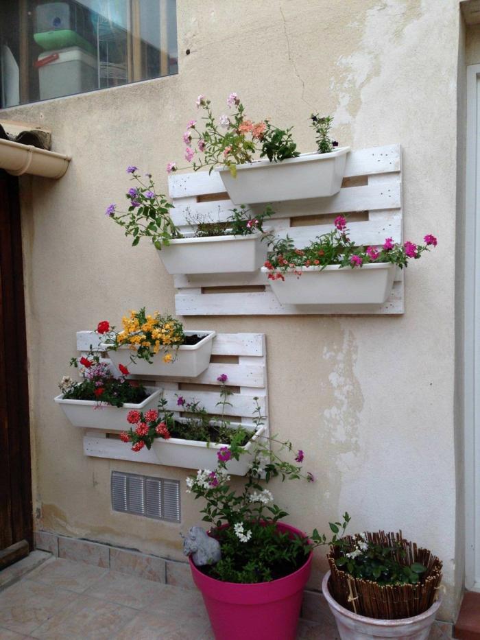 mur végétal de palettes peintes en blanc