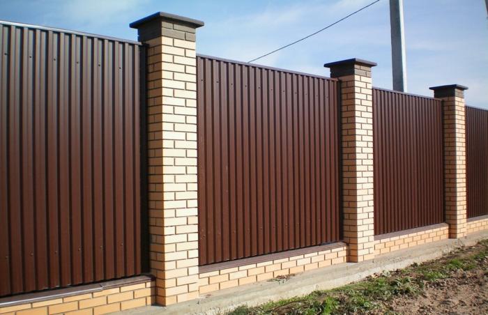 par exemple c'est une palissade en briques et aluminium