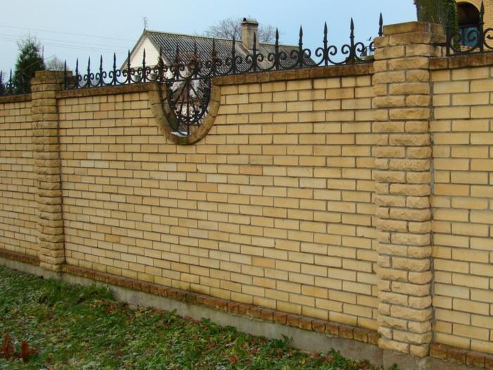 par exemple c'est une palissade en briques, béton et métal