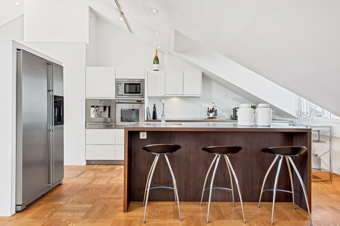 par exemple c'est une petite cuisine en style scandinave avec de l'électroménager en gris