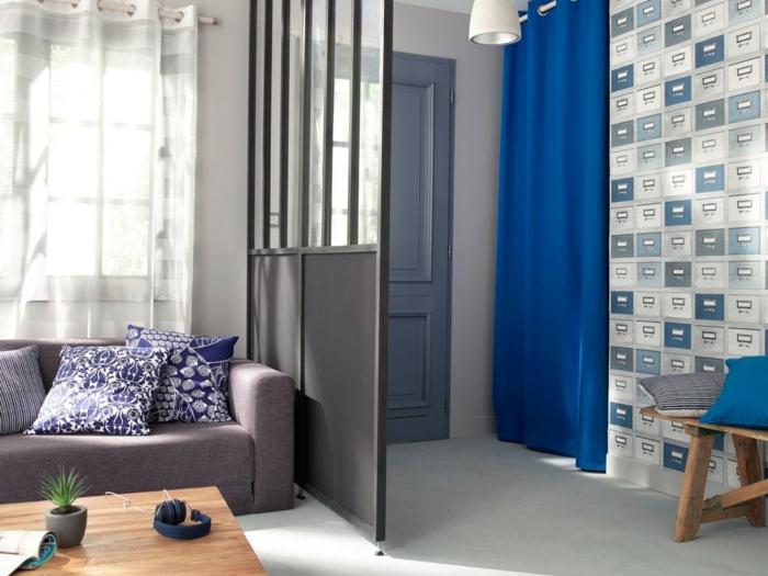 rideau occultant bleu sur la porte