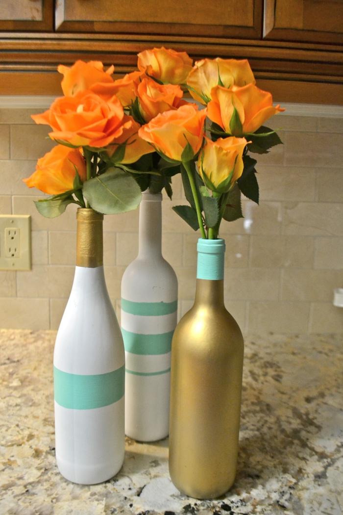 décoration bouteille en verre en couleur d'or, blanc et vert