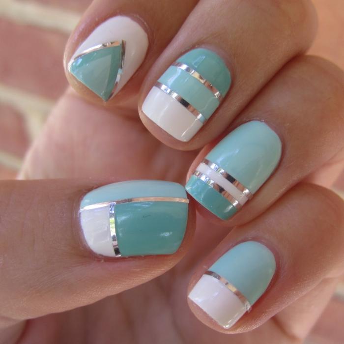 une manicure avec un motif géométrique