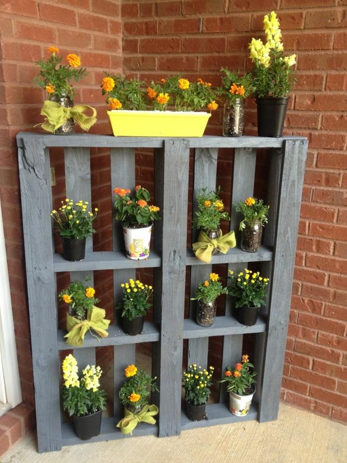 vertical jardin en palette avec des pots de fleurs
