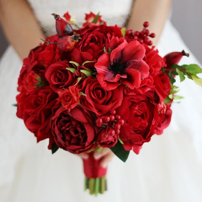 Bouquet de mariée avec roses rouges