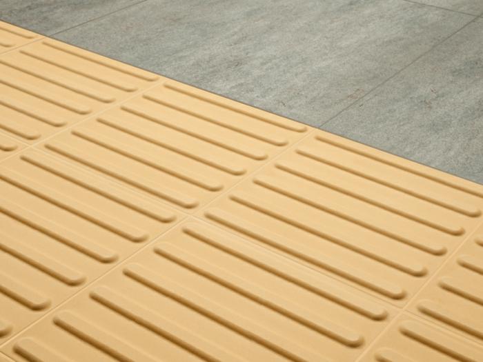 par exemple ce sont des dalles de guidage en céramique dans la rue