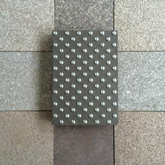 par exemple c'est une dalle d'éveil à la vigilance en granit
