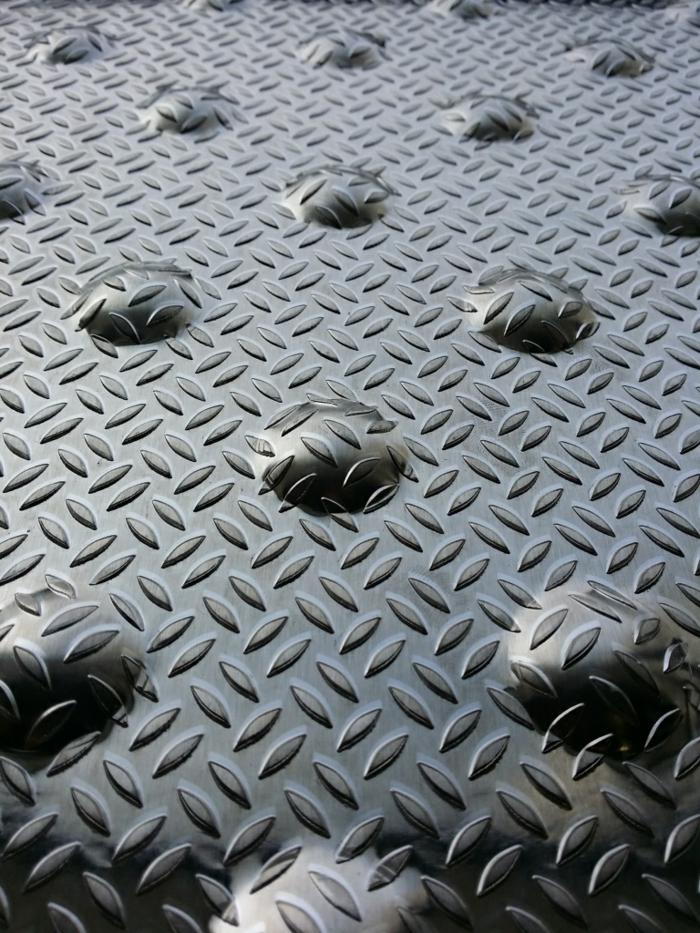 par exemple c'est une dalle podotactile en aluminium