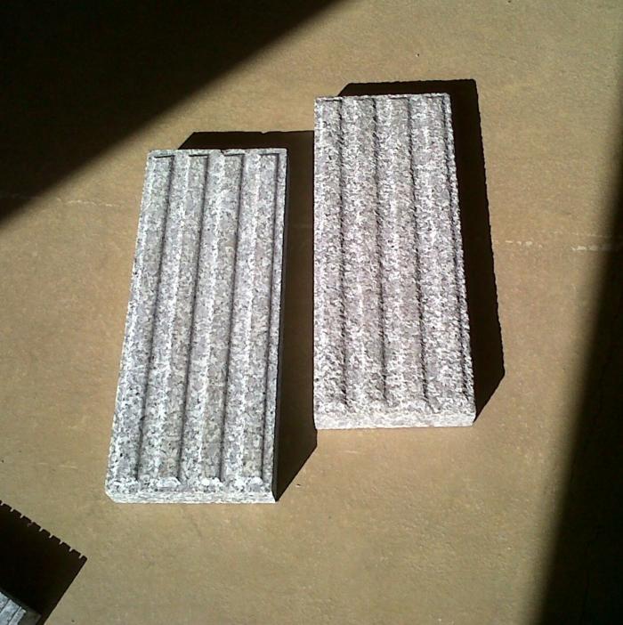par exemple ce sont des dalles podotactiles de guidage