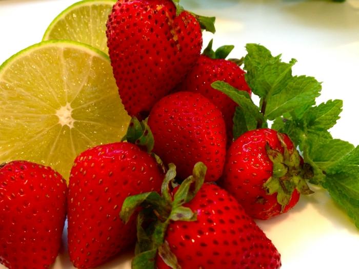 les fraises, le citron et la menthe sont parmi les ingrédients du sorbet aux fraises
