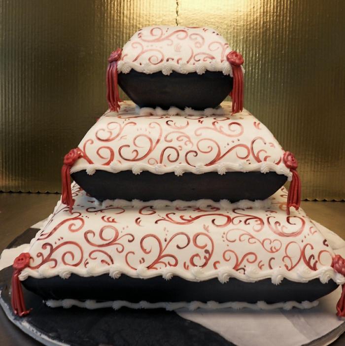 par exemple c'est un gâteau en forme de trois coussins recouverts de pâte à sucre