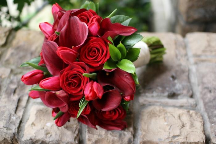 bouquet de mariée de roses rouges,tulips et callas