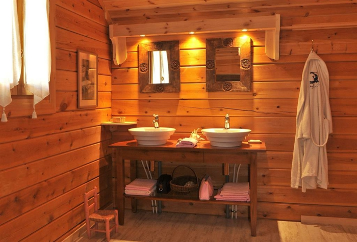 salle de bain lambrisée