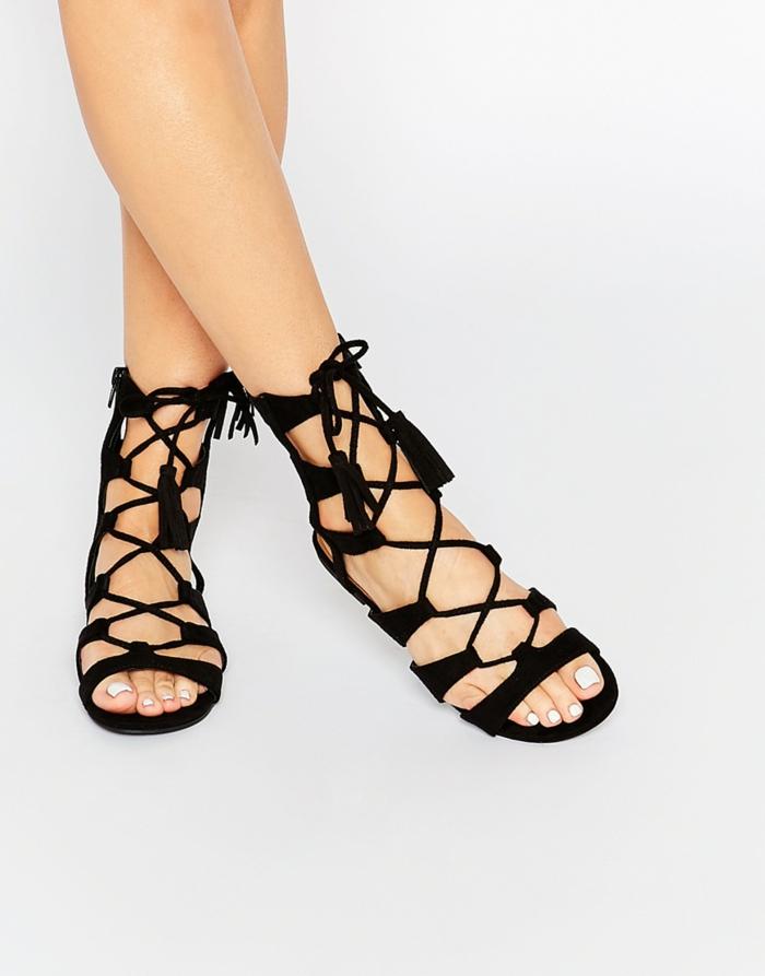 33f85a42c5e Les sandales plates est l une des tendances à adopter.