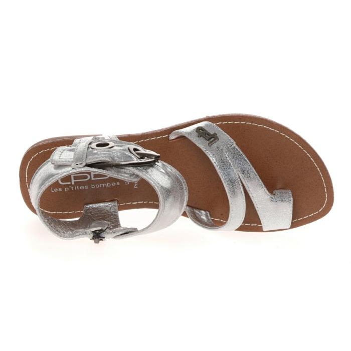 Les sandales plates est l'une des tendances à adopter.