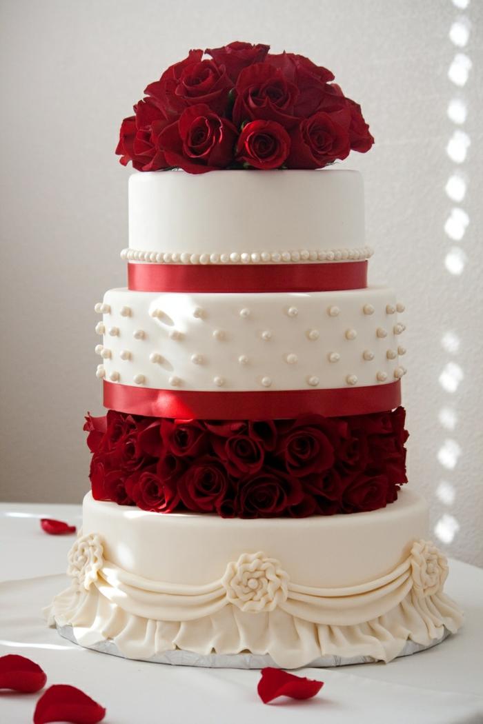 par exemple c'est une tarte blanche décorée de roses rouges naturelles