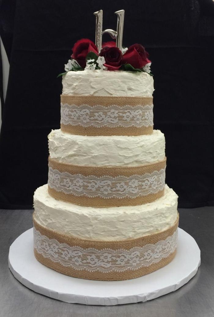 par exemple c'est une tarte mariage avec une déco de dentelle