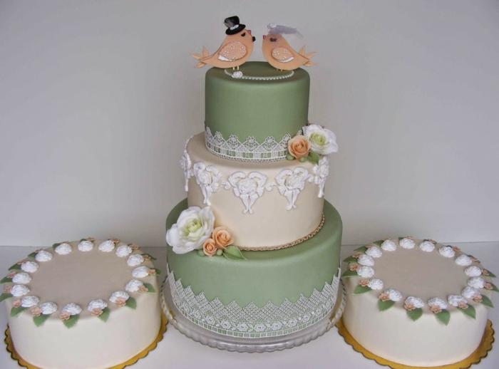 par exemple c'est une tarte mariage décorée avec des figurines d'oiseaux