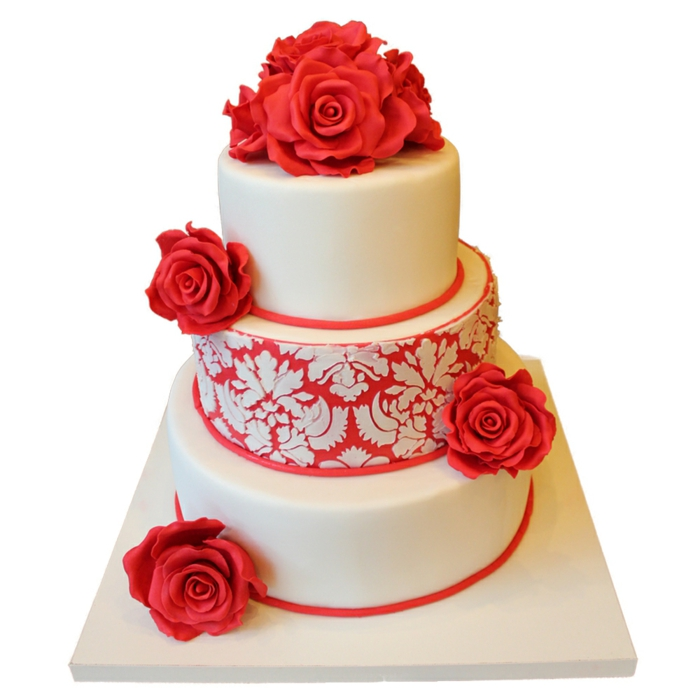 par exemple c'est une tarte mariage décorée de roses rouges et de dentelle