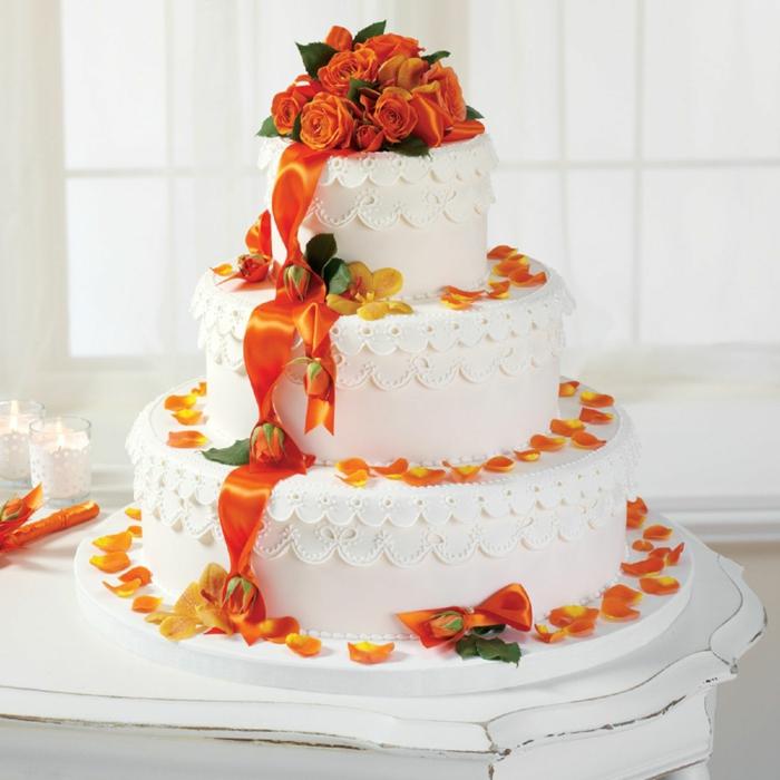 par exemple c'est une tarte blanche décorée de fleurs oranges
