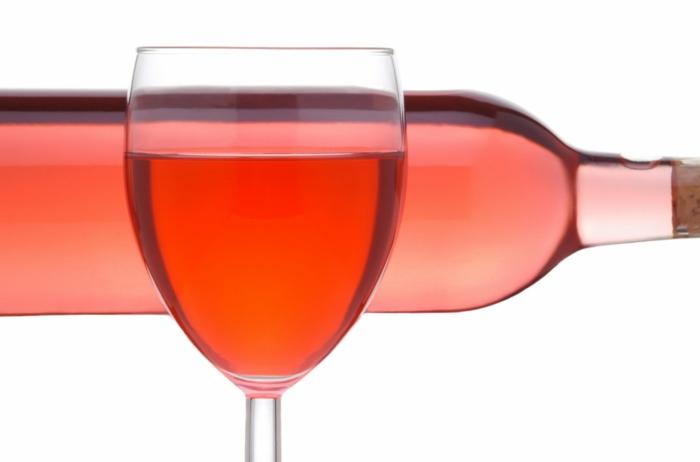 le vin rosé est souvent utilisé dans les recettes de salades de fraises