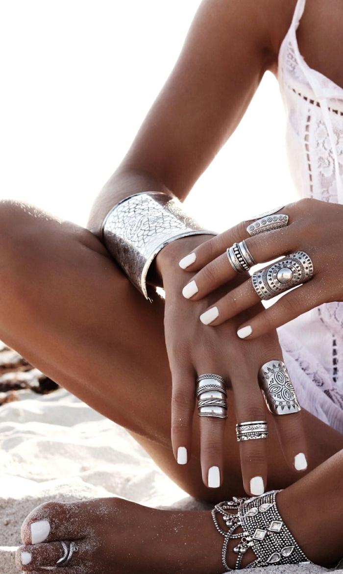 femme bronzage beaucoup de bijoux