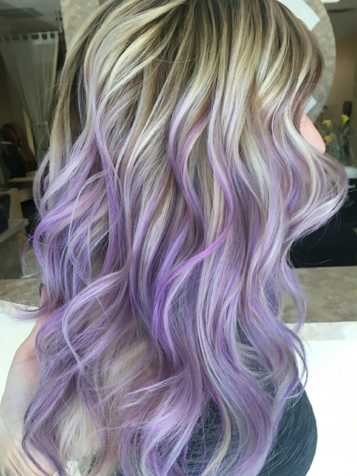 cheveux pastel en coloration violette