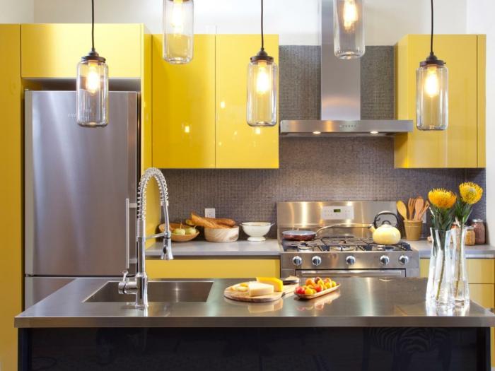 par exemple c'est une cuisine inox avec des meubles en jaune