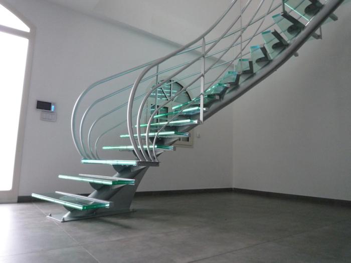 escalier en métal et verre avec limon central