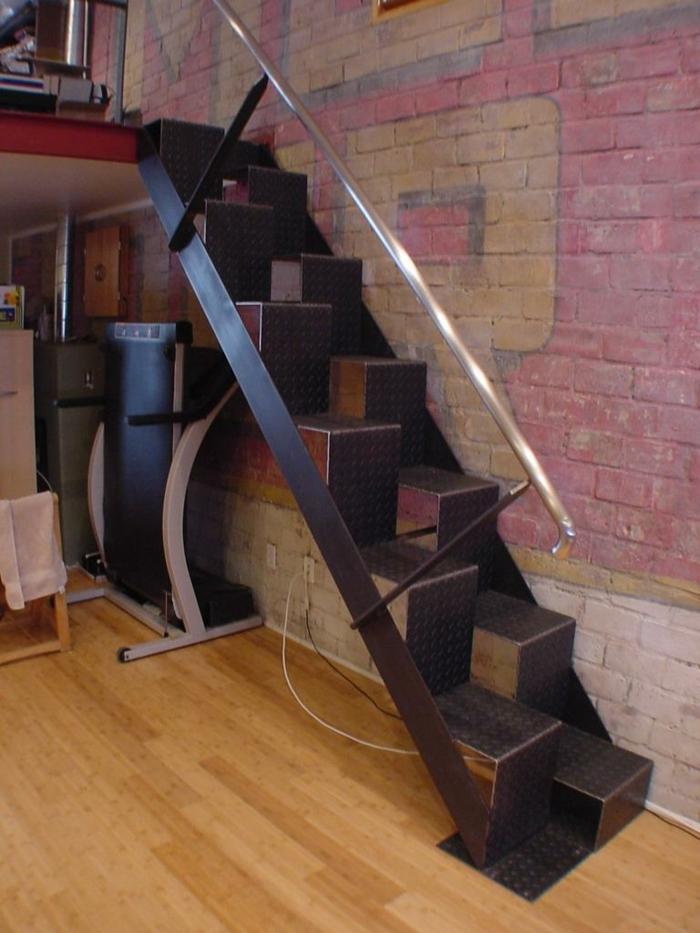 Blonde aux escaliers regardez les traces sur son string