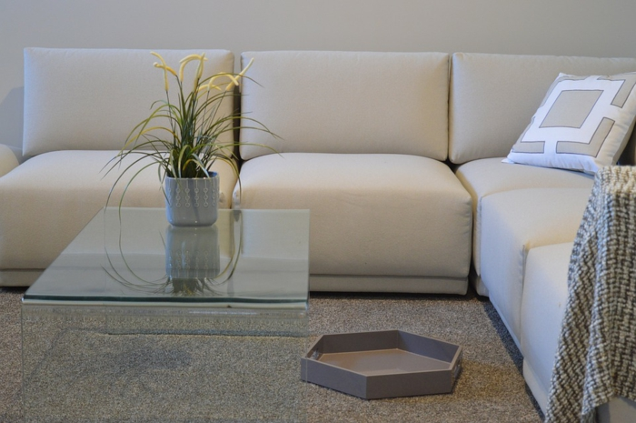 Conseils comment nettoyer un canap en tissu et enlever les taches - Comment nettoyer un fauteuil en tissu blanc ...