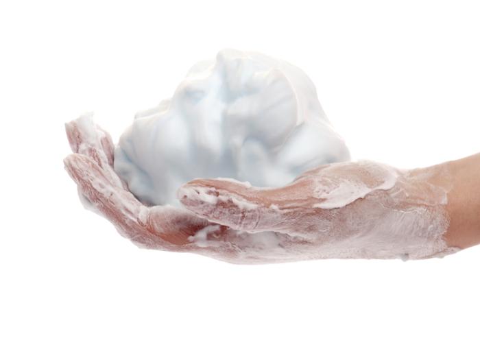 mousse à raser pour nettoyer un canapé en tissu