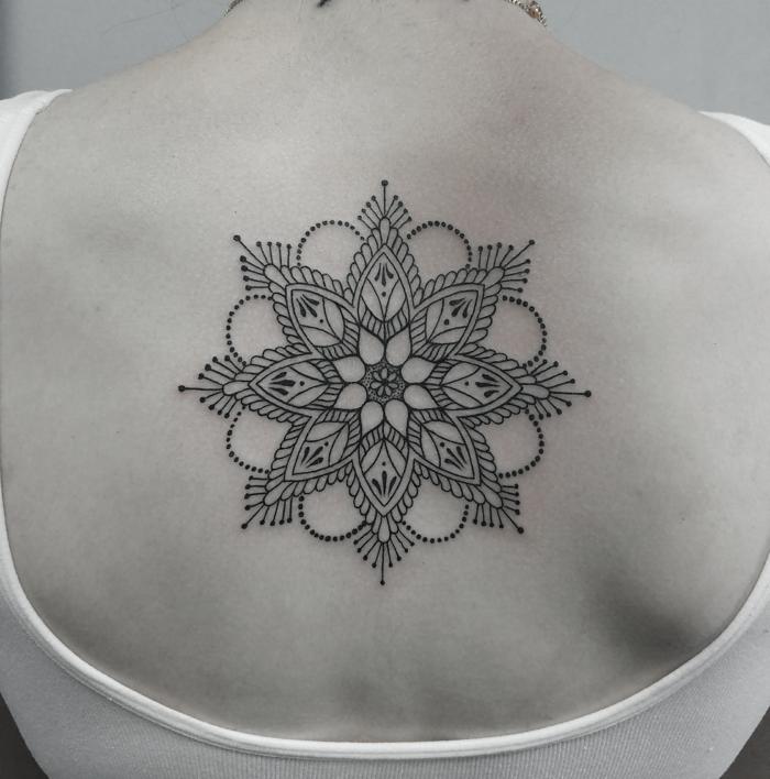 sur le dos,tatouage mandala