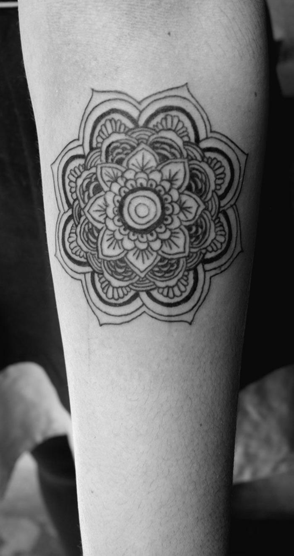 tatouage mandala sur la main