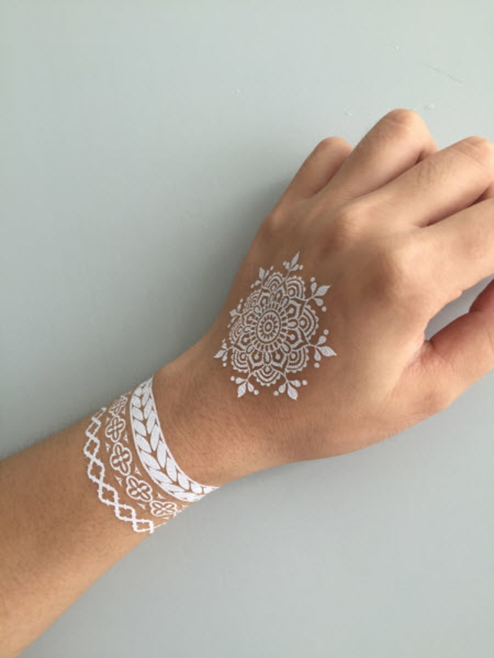 tatouage mandala blanc idée