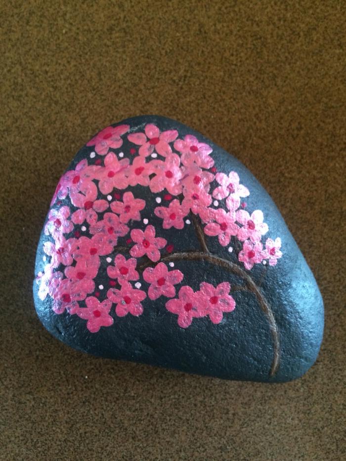 peinture sur galets en rose et noire