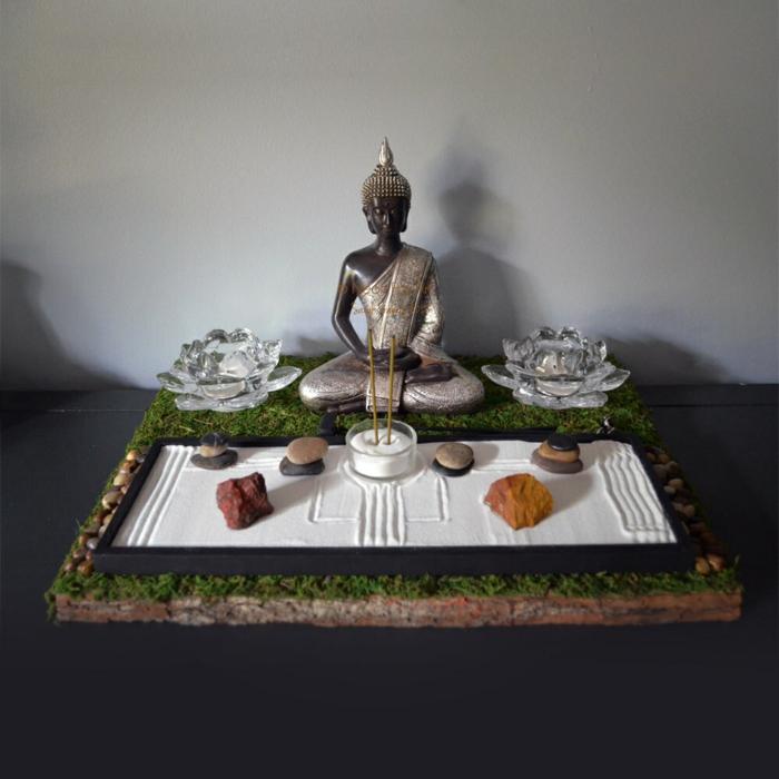 jardin zen miniature avec une statue de Buddha