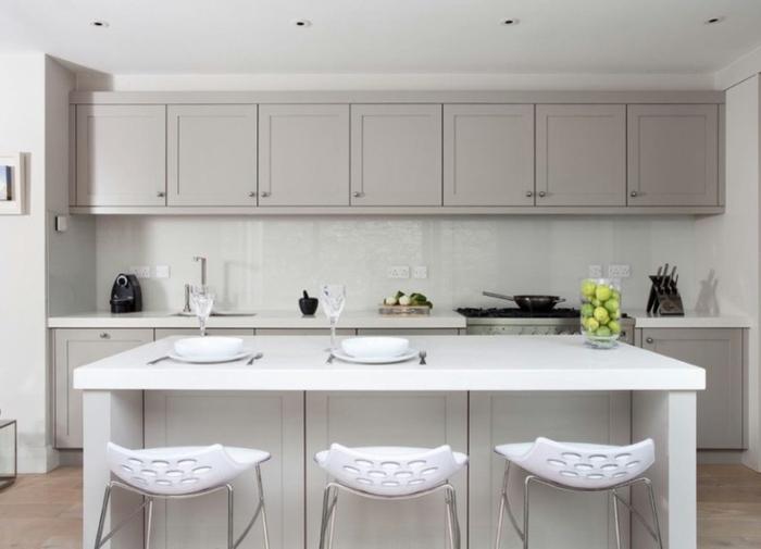 cuisine en blanc et beige et chaises