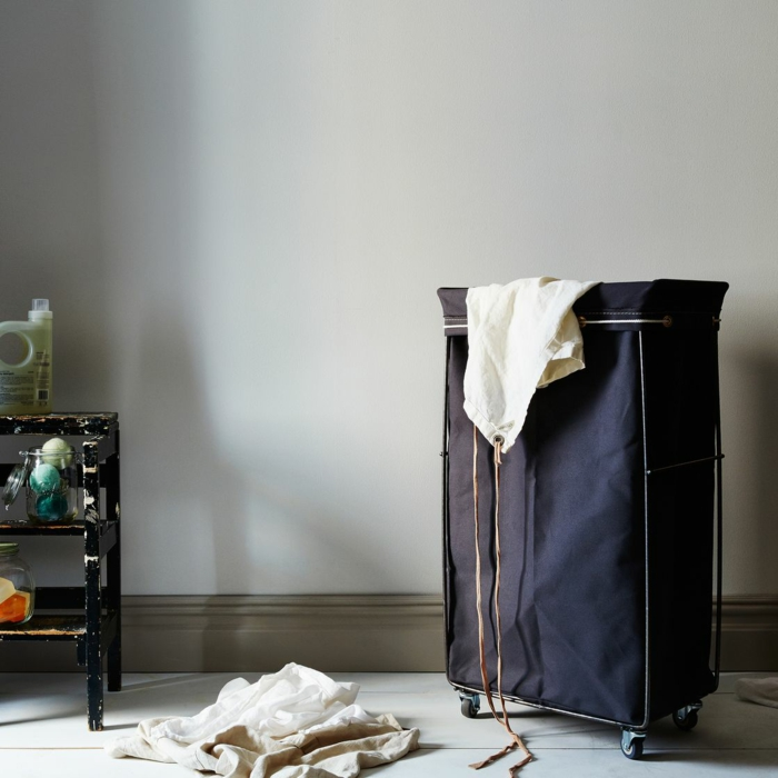 panier à linge en tissu bleu, avec roulettes