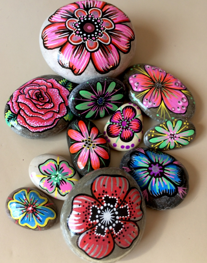 fleurs colorées peinture sur galets