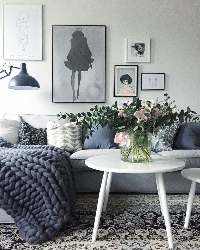 coussins en gris pour un canapé gris