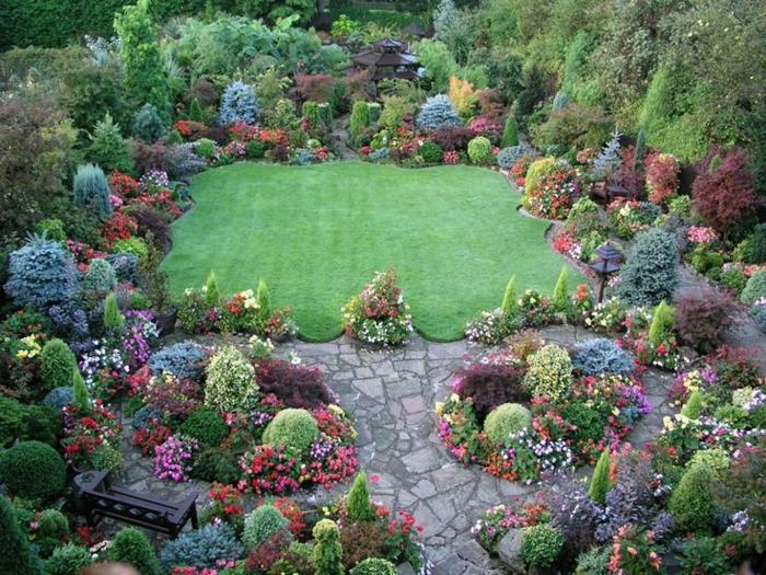 jardin à l'anglaise avec des fleurs et arbustes