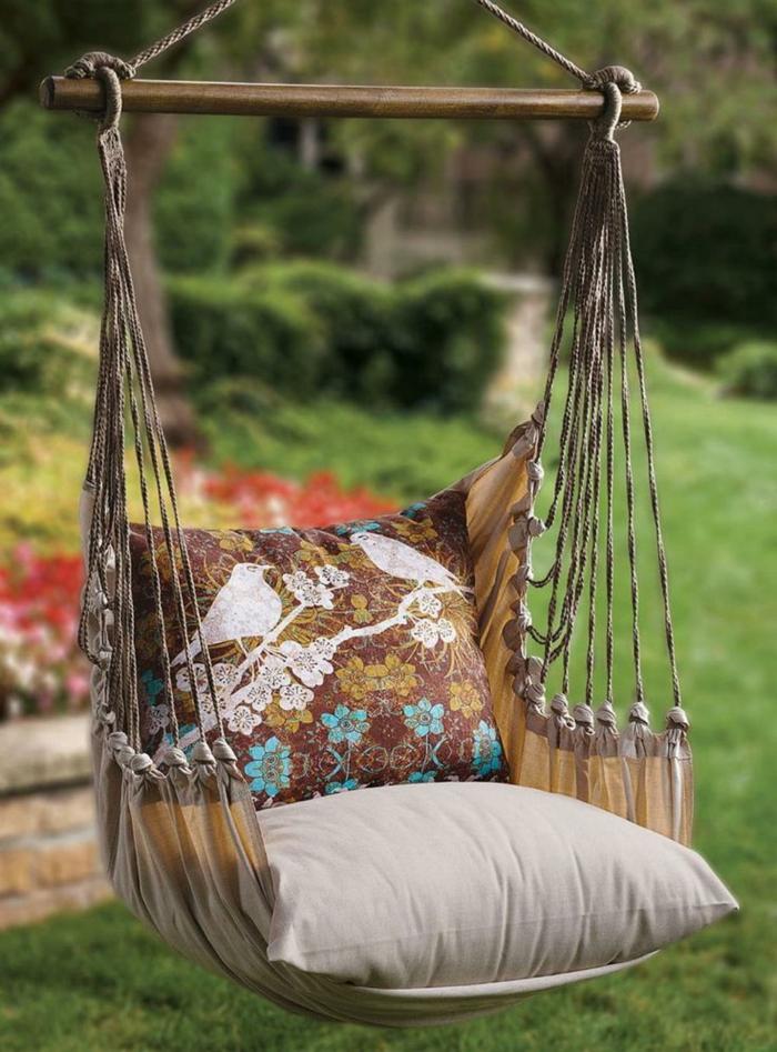 une jolie chaise hamac avec deux coussins