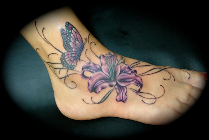 lys et papillon tatouage pied