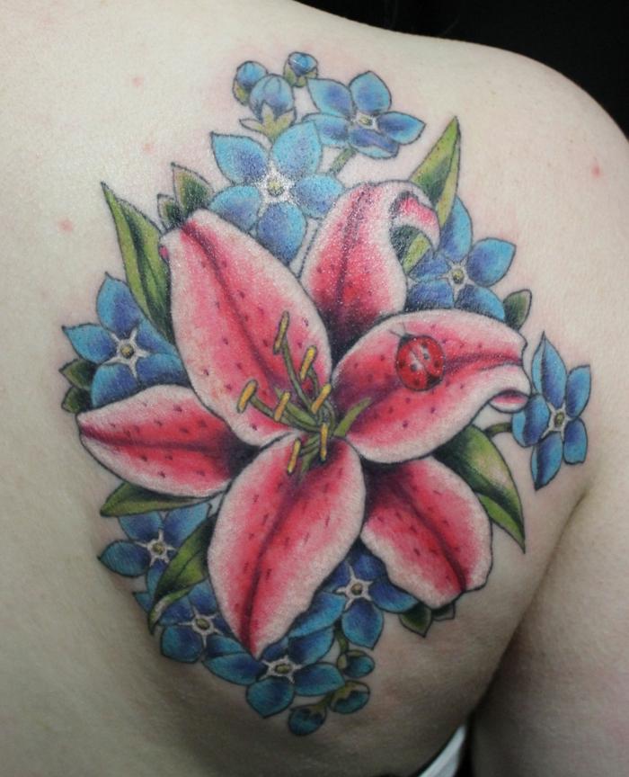 lys tatouage féminin