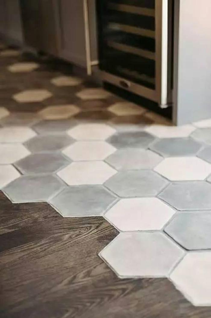 mélange parquet carrelage pour le sol dans la cuisine