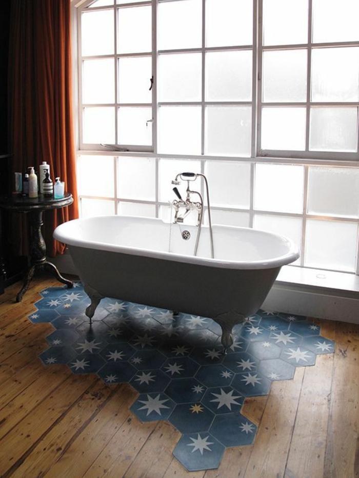 salle de bain mélange parquet et carrelage hexagonal
